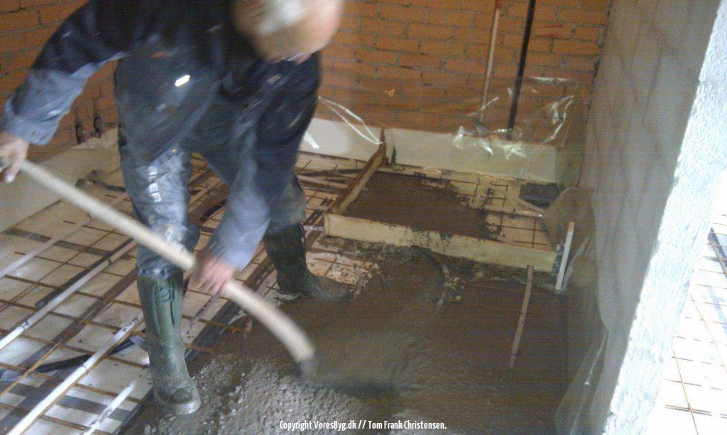 Støbning med flydebeton over flamingo, rionet og gulvvarme | Vores Byg
