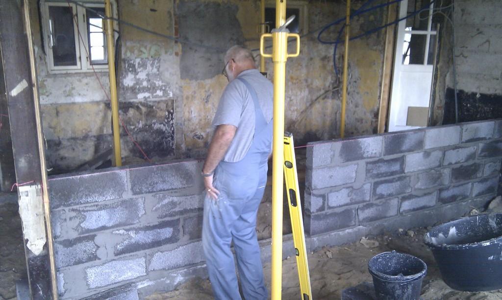 Video og billede af min far i gang med at opmure toiletmur i lecasten. MANGE TAK FAR :)