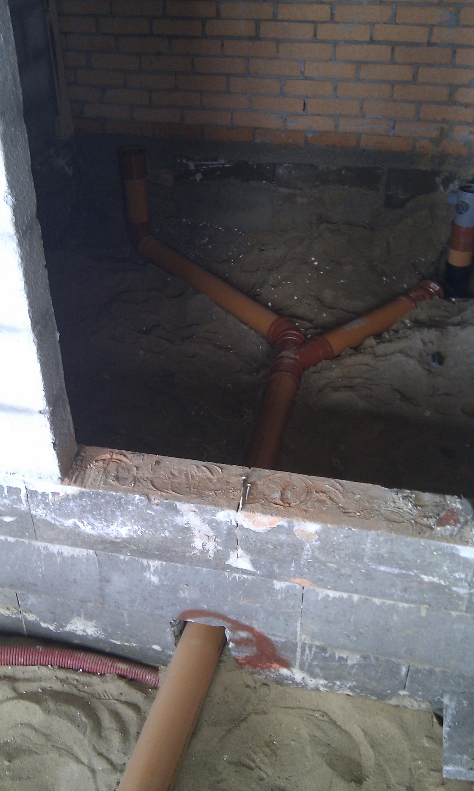 Rør går gennem hullet og splitter sig i badeværelset