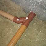 Rørets forgrening lige efter hullet indenfor i badeværelset