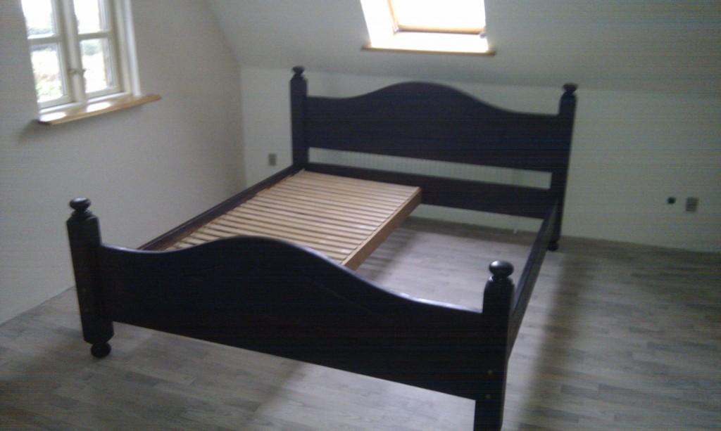 Berit har slebet og slebet, malet og malet, og endelig færdig med sengen :)