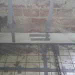 Der monteres envidere 2cm flamingo på vægen bag dampspær for at forhindre kuldebroer