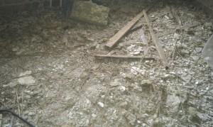 Diverse rester af loftet på gulvet.