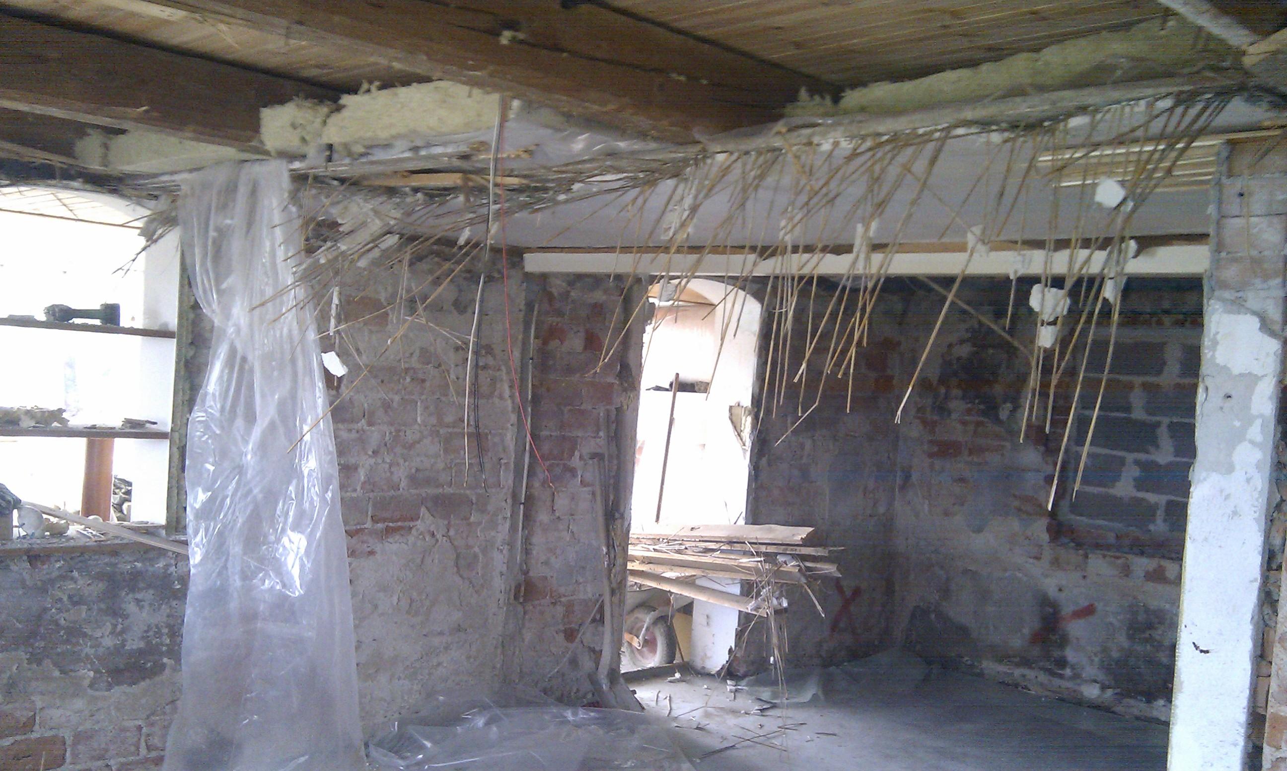 Loftet er næsten pillet ned