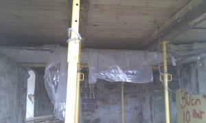 Loftet er fjernet - og soldaterne holder bjælkerne nu