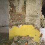Men først starter vi med at rive lidt væg ned ved skorstenen