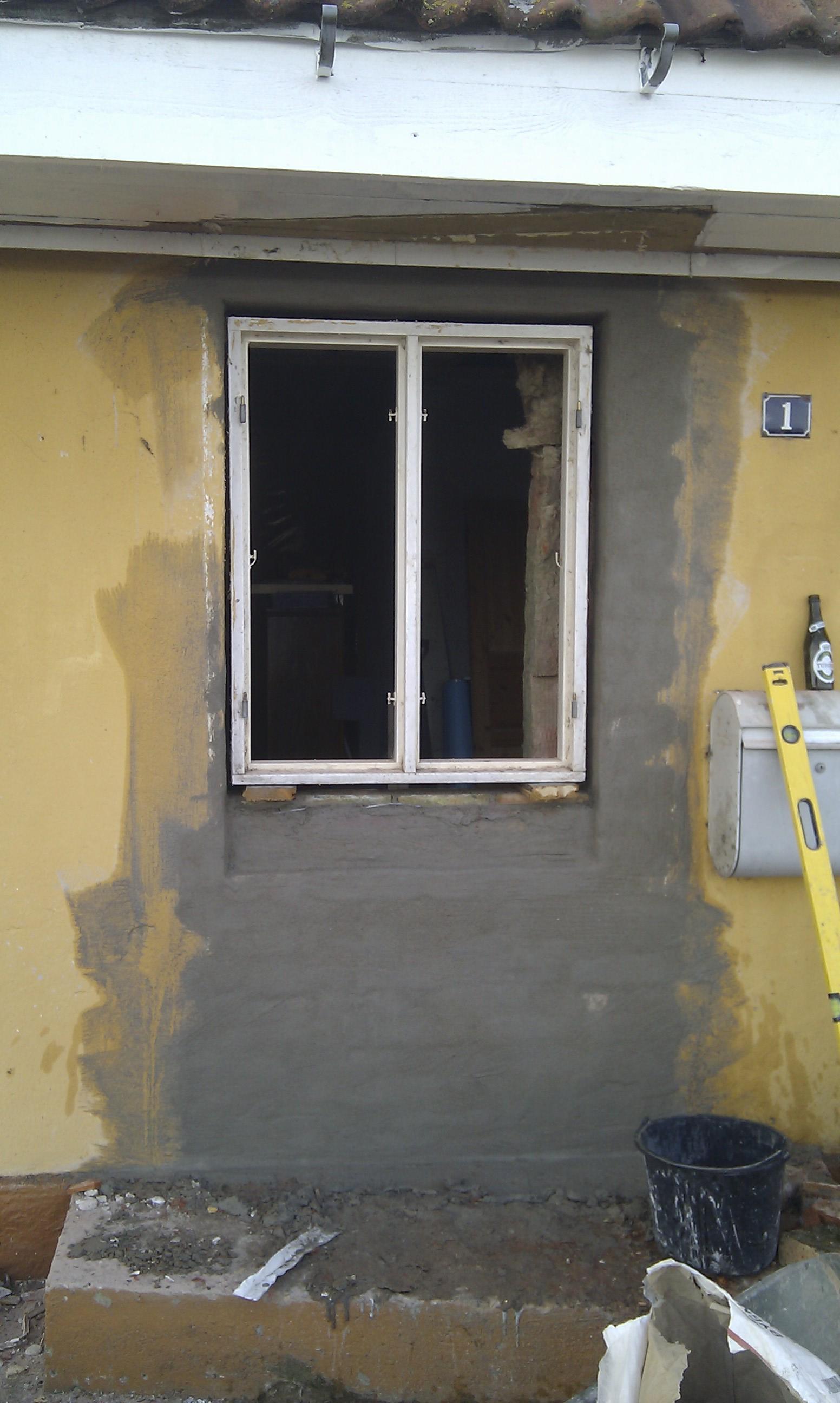 Opmuret og vinduesramme sat i