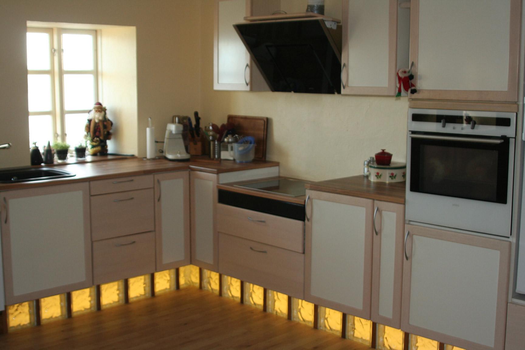 Opsætning af køkkensokkel i glasbyggesten – med ledbÃ¥nd lys ...